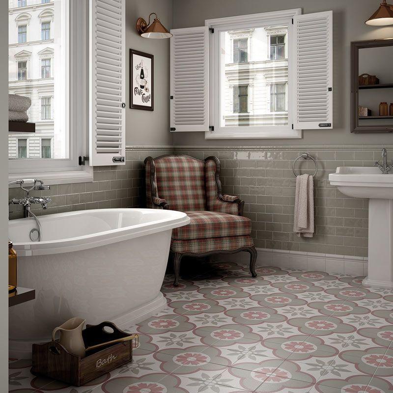 Le carrelage imitation carreaux de ciment dans la salle de bain ...